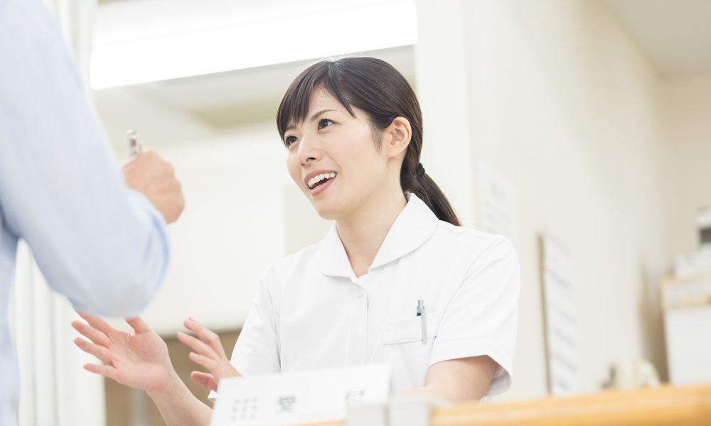 受付をする看護師