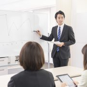 企画会議で説明する男性