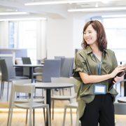 オフィスで働くカジュアルな服装の女性